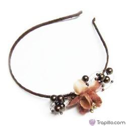 Diadema marrón con abalorios y flor