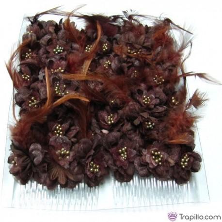 Caja con doce peinetas con flores y plumas color marrón chocolate
