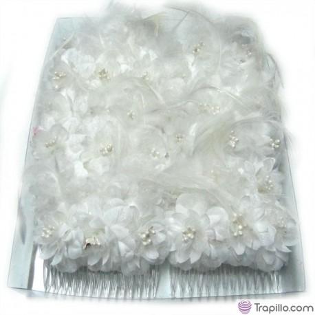 Caja con doce peinetas con flores y plumas color blanco