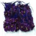 Caja con doce peinetas con flores y plumas color morado