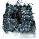 Caja con doce peinetas con flores y plumas en tonos azules