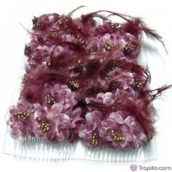 Caja con doce peinetas con flores y plumas color malva