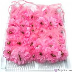 Caja con doce peinetas con flores y plumas color rosa chicle