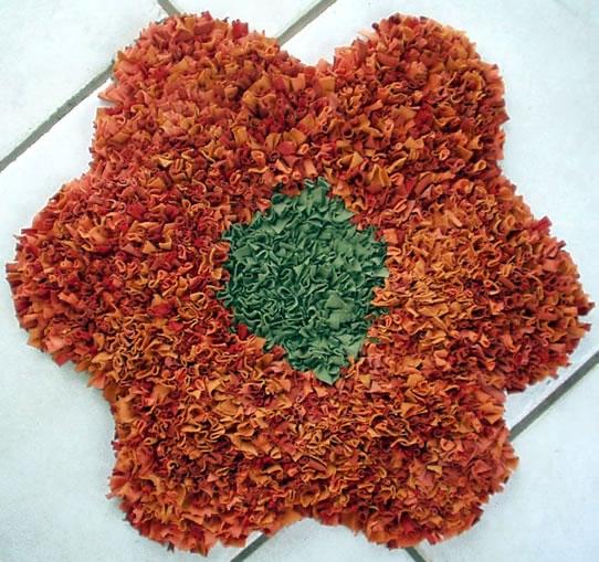 Para hacer una alfombra de trapillo con flecos necesitamos una base de