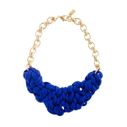Otro modelo de collar, esta vez combinando la tira de tela con cadenas de bisutería. La terminación es muy fina y queda realmente elegante, además tenemos
