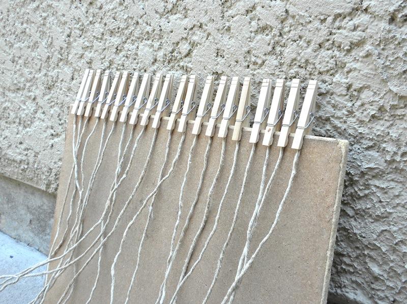 Telar casero para hacer alfombras sencillas el blog de for Alfombras de hilo