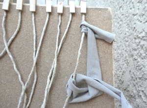 Telar casero para hacer alfombras sencillas el blog de for Como hacer alfombras a mano