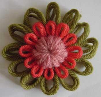 Flores Y Munecos Con Telar Redondo El Blog De Trapillocom - Como-hacer-una-flor-de-lana