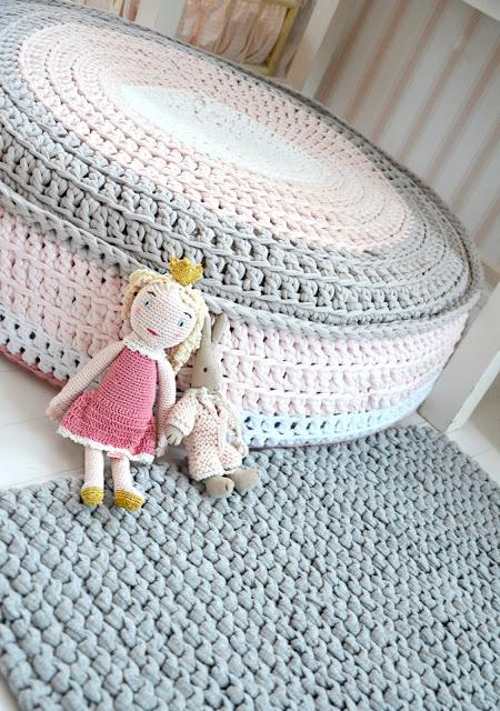 Modelos de almohadones tejidos con tela el blog de - Como hacer un puff de trapillo ...