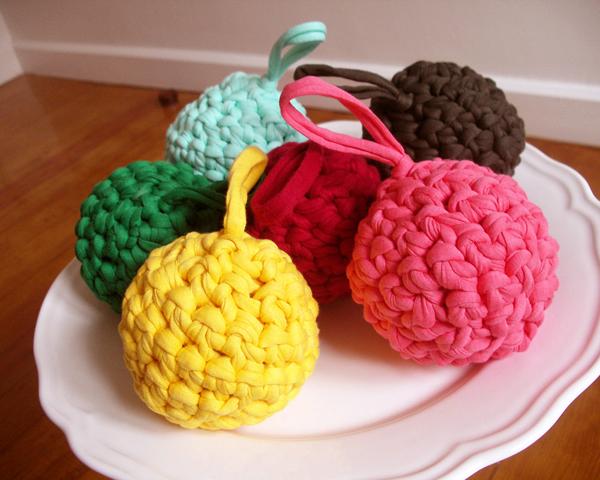 Ideas para decoraciones de navidad con trapillo el blog for Bolas de navidad recicladas