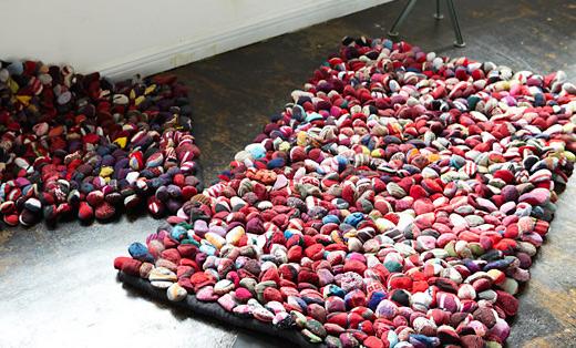 Alfombras originales con restos de tela o trapillo el for Alfombras hechas con lana