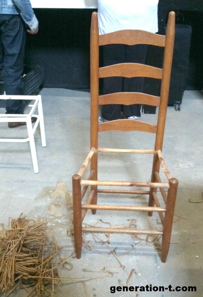 Recuperar sillas viejas con tela reciclada el blog de - Como arreglar el asiento de una silla ...