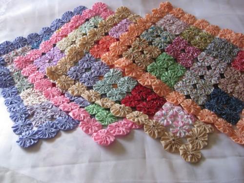 C mo hacer un mantel con yo yo de tela reciclada el blog - Como hacer alfombras con trapillo ...