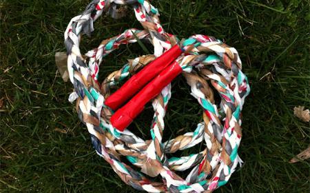 Cómo hacer una cuerda para saltar con trapillo