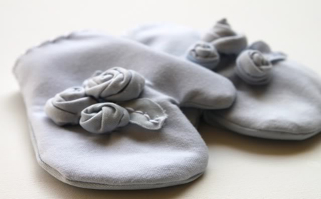 Mitones decorados con rosetas de trapillo