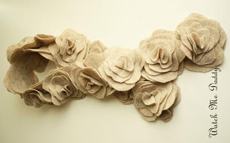 Bufanda con flores de tela reciclada