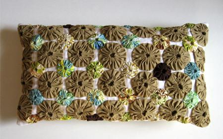 Almohada decorada con yo-yo de tela