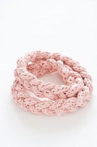 Cómo hacer un collar con un cordón de trapillo