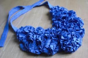 Cómo hacer un collar bib con una camiseta reciclada