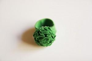Anillo de tela con forma de flor