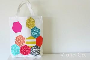 Bolso decorado con hexágonos de tela