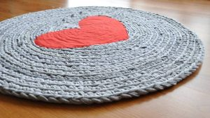 round-heart-crochet-upcycled-t-shirt-area-rug