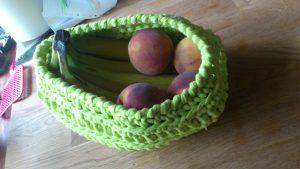 Cesta de frutas tejida con trapillo