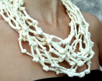 """486c6994e548 Collar """"imitación de hueso"""" de trapillo"""