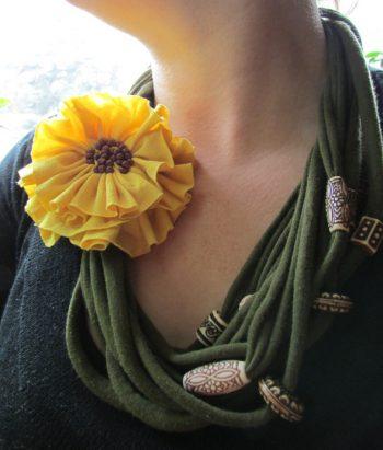Collar de trapillo con abalorios y flores de tela