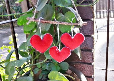 Móvil de corazones de fieltro
