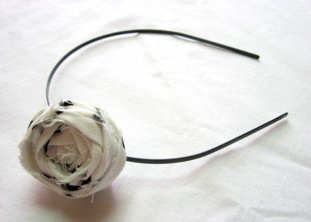 Cintillo decorado con broche de rosa de tela