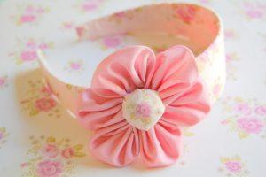 Cintillo decorado con tela adhesiva