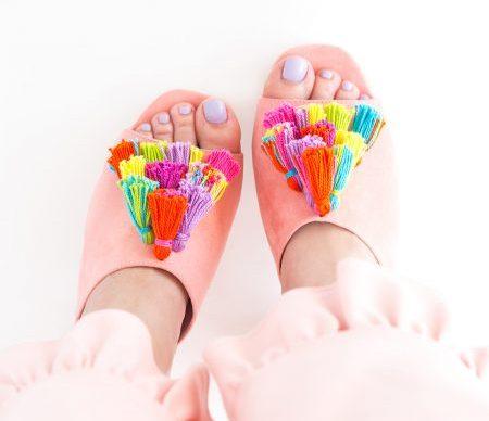 Decorar sandalias con borlas