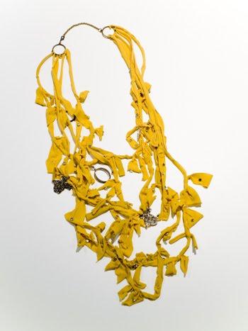 Cómo hacer un collar con medias recicladas