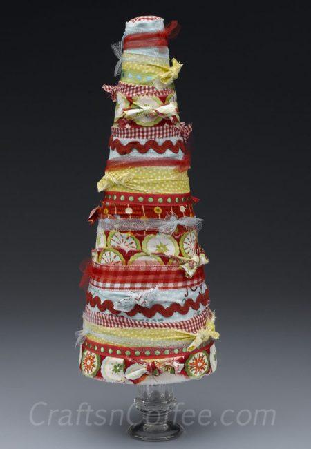 Árbol navideño con tiras de tela
