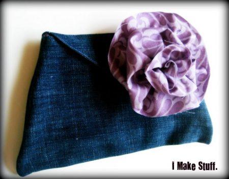 Cartuchera de jean con flor de tela