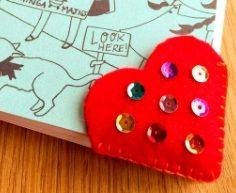 Corazón de fieltro para marcar libros